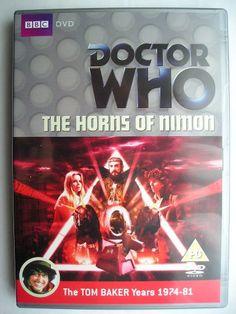 """""""The Horns of Nimon"""" è un'avventura della diciassettesima stagione della serie classica di """"Doctor Who"""" trasmessa tra la fine del 1979 e l'inizio del 1980 con il Quarto Dottore e Romana II. È un'avventura composta da quattro parti scritta da Anthony Read e diretta da Kenny McBain. Immagine dall'edizione britannica del DVD. Clicca per leggere una recensione di quest'avventura!"""