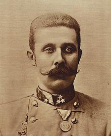 Franz Ferdinand geboren in de plaats Graz (1863-1914). hij was in de tijd van de eerste wereldoorlog de kroonprins van Oostenrijk-Hongarije. dit land hoorde bij de centralen. dit was voor een bondgenootschap wat betekent dat je elkaar verdedigd en helpt zo nodig. op een dag bezoeken hij en zijn vrouw de plaats Sarajevo. op die dag wordt er een aanslag gepleegd op hem, dit mislukt. Gavrilo Princip, een Servische nationalist, kwam hem na het bezoek tegen. en op dat moment vermoord Princip hem.