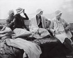 Edward Steichen Vogue, July Four models seated in the back of George Baher's yacht: June Cox in unidentified fashion. Vogt in fashion by Chanel and a hat by Reboux. Lee Miller in a dress by Mae & Hattie Green and a scarf by. Edward Steichen, Lee Miller, Vogue Vintage, Vintage Fashion, Fashion 1920s, Vogue Fashion, Flapper Fashion, Fashion Glamour, Chanel Fashion