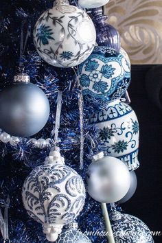 Beautiful Blue Christmas Tree Decorations (and 20+ Other Christmas Tree Decorating Ideas) #fromhousetohome #bluechristmas #blueandwhite #christmasdecoratingideas #christmastree #bluechristmasdecor Blue Christmas Tree Decorations, White Christmas Ornaments, Gold Christmas Tree, Christmas Colors, Beautiful Christmas, French Christmas, Country Christmas, Holiday Decor, Christmas Holidays