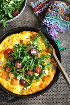 søtpotet frittata med salat Paella, Vegetable Pizza, Food Dishes, Sweet Potato, Nom Nom, Cooking, Breakfast, Healthy, Ethnic Recipes