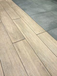Betonlook tegels gecombineerd met houtlook tegels Wood Floor Kitchen, Kitchen Flooring, Hardwood Floor Colors, Hardwood Floors, Tile To Wood Transition, Wooden Decks, Space Architecture, Retail Design, Bathroom Interior