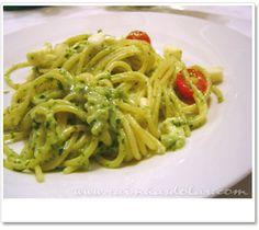 Espaguete com molho de rúcula, tomate cereja e mussarela de bufala