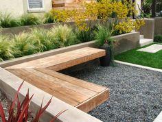 banc d'angle en bois et gramnées ornementales