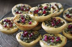 Små pajer fyllda med stekt grönkål och ädelost kommer att göra succé på julbordet! Du kan också göra dem i portionspajformar och behålla formarna. Ädelosten kan bytas ut mot gorgonzola.