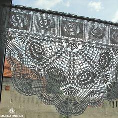 Cafe Curtain Занавески с мотивом розы связаны крючком из хлопка белого цвета. Высота изделия 41 см, ширина 59 см.