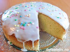 """Dette er en god, gammeldags, norsk oppskrift! """"Russekake"""" er en veldig saftig og myk formkake. Kaken lages i litt ulike varianter. Den du ser på bildet er tilsatt romdråper og dekkes med lekker melisglasur. Oppskriften kan varieres ved å tilsette malte eller fint hakkede mandler - gjerne skåldede (se tipsfeltet nedenfor). Doughnut, Pudding, Cookies, Baking, Cake, Recipes, Food, Crack Crackers, Pie Cake"""