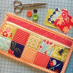 Sewing Toys Small Simple Zipper Bag free video tutorial for bags made with mini charm squares - My Simple Zipper bag tutorial for the Fat Quarter Shop is one of my favorite projects. See all of the new versions of this fun project. Easy Sewing Projects, Sewing Tutorials, Sewing Crafts, Bag Tutorials, Fabric Purses, Fabric Bags, Patchwork Bags, Quilted Bag, Zipper Pouch Tutorial