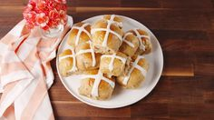 Looking for a hot cross bun recipe? Learn how to make cross buns with buttermilk, raisins and cinnamon for an easy, tasty breakfast! Easter Recipes, Brunch Recipes, Holiday Recipes, Breakfast Recipes, Brunch Ideas, Cross Buns Recipe, Bun Recipe, Easter Brunch, Easter Food