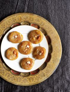 Easy gulkand peda with no khova. Blanched and peeled almond paste replaces khova and you will be amazed with the taste,texture and flavor. Must try recipe! Indian Appetizers, Indian Desserts, Indian Sweets, Indian Snacks, Indian Chicken Recipes, Goan Recipes, Indian Food Recipes, Ethnic Recipes, Peda Recipe
