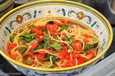 Spaghetti con pomodoro crudo (Spaghetti with Fresh Tomatoes) Italian Dishes, Italian Recipes, Italian Foods, Summer Pasta Dishes, Great Recipes, Dinner Recipes, Favorite Recipes, Vegetable Pasta, Pasta Salad Recipes