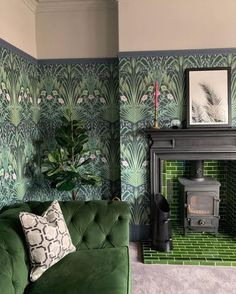 This beautiful Cole and Son wallpaper really makes a statement in this sitting room. This beautiful Cole and Son wallpaper really makes a statement in this sitting room. Living Room Green, Green Rooms, Home Living Room, Cole And Son Wallpaper, Green Wallpaper, Wallpaper Lounge, Botanical Wallpaper, Cool Living Room Wallpaper, Print Wallpaper