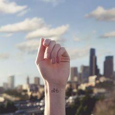 Ideas de tatuajes pequeños para mujeres: Bicicleta