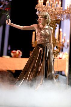 Pin for Later: Taylor Swift S'est Entourée de Toutes Ses Copines Lors des AMAs