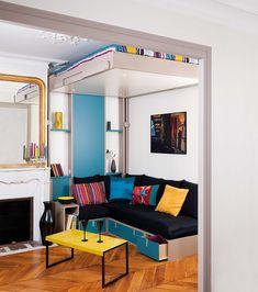 Lit escamotable au plafond avec une banquette brick sous le lit pour recevoir.
