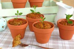 Rezept für Karotten Küchlein im Blumentopf. Das Rezept für den karottenkuchen ist sehr leicht und der Kuchen wird schön saftig. Mit den Tontöpfchen werden die Küchlein zum Highlight auf der Kaffeetafel.