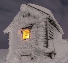 The hut is Kiellandbu, located on Ljøkeldalsnuten high above Botnen and Fyksesundet in the Voss mountains! ❄️ Owned by Bergen og Hordaland Turlag. Repost @espenhaag  #DNT #kjore #kjoreproject #adventute #photo #Winter #Snow #Hut #BergenOgHordalandTurlag #Bergsdalen #Vossafjell #Turistforeningen #ig_norway