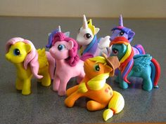 Little Pony out of fondant... claire could be in heaven! Fondant Toppers, Fondant Cakes, Cupcake Cakes, My Little Pony Cake, My Little Pony Birthday, Cake Pops, Decors Pate A Sucre, Biscuit, Fondant Animals