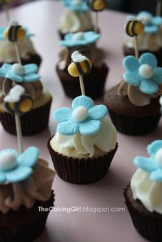Bee and Flower Cupcakes Summer Cupcakes, Pretty Cupcakes, Beautiful Cupcakes, Flower Cupcakes, Fun Cupcakes, Cake Pops, Bumble Bee Cupcakes, Roblox Cake, Bee Cakes