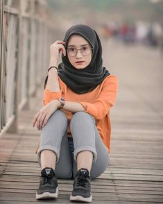 Hijabi Girl, Girl Hijab, Muslim Women Fashion, Womens Fashion, Arab Girls Hijab, Hidden Beauty, Hijab Fashion, Yoga Pants, Hot Girls