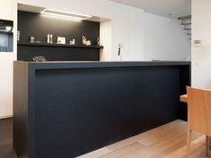Zwarte graniet past perfect in een moderne keuken. Hier ziet u de Black River Washed, een karaktervolle steen uit onze CLASSIQ-collectie. Ontwerp van Rood3.