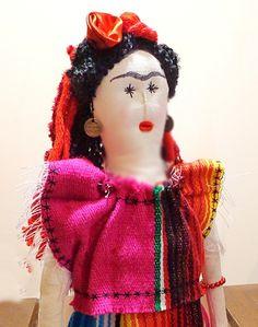 Com identidade própria by Casulo dos Fios essa boneca representa a pintora mexicana Frida Kahlo.    A roupa foi feita em tear manual com as cores típicas do meu México querido.