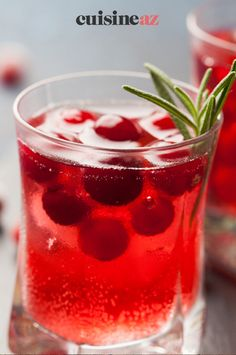 Ce cocktail alcoolisé aux cranberries est prêt en 5 minutes. #recette#cuisine#cocktail#cranberry #aperitif #apero #canneberge Cranberry Cocktail, Cocktails, Vegetables, Tableware, Glass, Food, Medicine, Cranberry Juice, Juicing