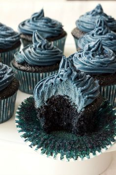 Blue Velvet Cupcakes with Blue Velvet Frosting - Moist, spongey, velvety and delicious! Eggless Desserts, Blue Desserts, Vegan Dessert Recipes, Cookie Recipes, Crinkle Cookies, Chocolate Chip Cookies, Liquorice Recipes, Blue Velvet Cupcakes, Red Velvet Wedding Cake