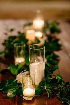 mesa larga con centro de mesa largo. detalles pequeños de flores