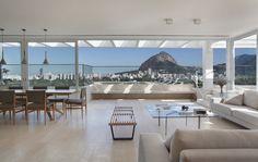Construído pelo Ivan Rezende Arquitetura na Rio de Janeiro, Brazil na data 2012. Imagens do MCA Studio. Um grande terraço debruçado sobre cartões postais. Este foi o princípio que norteou o projeto da cobertura em dois pa...