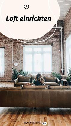 Ein Loft einrichten geht gar nicht so einfach! Wohnbereich, Bett, Küche und Schreibtisch in einem Raum? Wir zeigen Dir, wie Du mit verblüffenden Tricks und cleveren Ideen Deine Einzimmerwohnung in ein kreatives und funktionales Loft mit Flair verwandelst. Tricks, Industrial, Couch, Furniture, Home Decor, Dividing Wall, Big Sofas, One Room Flat, Living Area