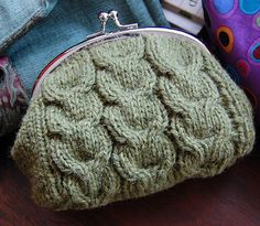 Fuente: http://www.ravelry.com/projects/tricotadeira/macaroon-knitted-purse-kit