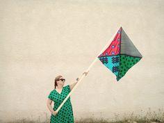 L'artiste française Karina Bisch présente chez Made in Town la quatrième collection de « Painting for Living ». La collection Exposition-à-porter se compose de 16 foulards ou « peintures-à-porter », réalisés à la main, en peinture sur twill de soie.