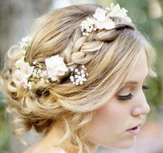 Tips and Ideas for Wearing Fresh Flowers in Your Hair for your Wedding