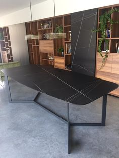 Table How To Choose A Tool Box You're working on your car out in the garage. Dinning Table Design, Dining Room Table, Showroom Interior Design, Minimalist Dining Room, Esstisch Design, Luxury Dining Room, Modern Table, Furniture Design, Room Decor