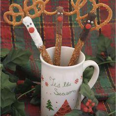 'Tis the season for a Reindeer Pretzel Topper idea using #SnydersOfHanover mini pretzels and rods. #pretzels