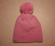 Tutorial muy sencillo: Cuatro gorros con el mismo patrón. | El castillo de lana Knitted Booties, Knitted Hats, Hobbies And Crafts, Diy And Crafts, Baby Knitting, Crochet Baby, Bebe Baby, Baby Patterns, Baby Hats