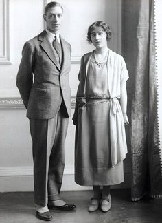 The Duke of York (later King George VI) with Lady Elizabeth Bowes-Lyon (later Queen Elizabeth, the Queen Mother), posing for their official engagement photograph. George Vi, Bowes Lyon, King's Speech, Reine Victoria, Lady Elizabeth, Royal King, Prince Philip, Prince Albert, Prince Harry