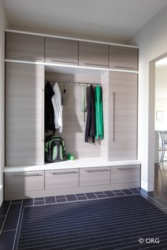 love this contemporary mudroom. I like the drawer pulls