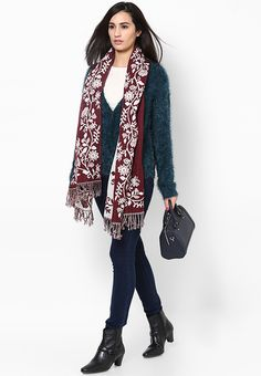 Chic and on-trend, this purple scarf from Dorothy Perkins is a worthy winter wardrobe staple. Made from soft acrylic fabric, this scarf is designed with an attractive floral pattern that adds to its fashion appeal.