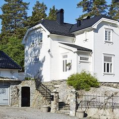 Bilderesultat for hus i jugendstil New England Style, Scandinavian Home, Home Fashion, Cozy House, Old Houses, My Dream Home, Exterior Design, Future House, Beautiful Homes