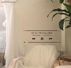 imagen descubierto por 𝓁𝒶𝓋𝒾. Descubre (¡y guarda!) tus propias imágenes y videos en We Heart It Beige Aesthetic, Aesthetic Rooms, Kpop Aesthetic, Teen Room Decor, Bedroom Decor, Bedroom Inspo, Shownu, Dream Rooms, Dream Bedroom