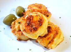 Aromatische salami Pizzaschnecken sind das beste Fingerfood für jede Party. Natürlich wird das Rezept auch für die Familie serviert.