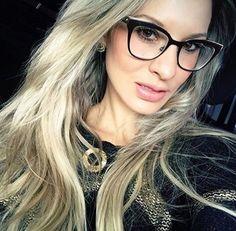 Nada melhor que um óculos de grau que te faça sentir bem! A @julitozzi diva com o #Dior dela! #linda #julitozzi #oticaswanny #oculosgrau