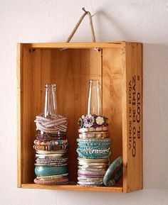 Upcycle your glass bottles & turn them into bracelet holders (Diy Storage Hacks) Diy Jewelry Holder, Jewelry Stand, Bracelet Holders, Diy Bracelet, Jewelry Box, Fine Jewelry, Diy Necklace, Jewelry Tree, Jewelry Armoire