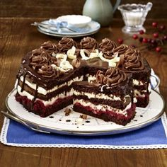 Unser beliebtes Rezept für Schoko-Himbeer-Torte und mehr als weitere kos… Our popular recipe for chocolate raspberry cake and more than more free recipes on LECKER. Gourmet Recipes, Sweet Recipes, Baking Recipes, Cookie Recipes, Pie Recipes, No Bake Desserts, Just Desserts, Dessert Recipes, Sweets Cake