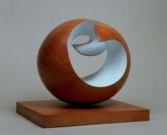 Opdracht 1: Barbara Hepworth - Pelagos (1946)  Een open sculptuur: Je kan een deel van de binnenkant zien. De open vorm wordt gebruikt om schaduw te werpen om de holle kant van de vorm. Onderwerp: Een ronde vorm waar gewerkt is met touw.  Affect: Het beeld doet mij denken aan een een gitaar met het gespannen touw. Het geeft mij een kalmerend gevoel. Product: gedeeltelijk beschilderd hout en koord