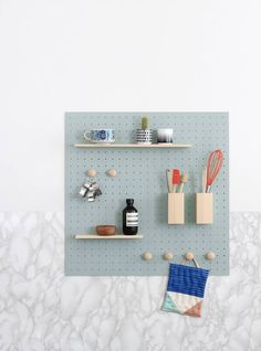 DIY rangement mural il est modulable, on peut y accrocher des étagères, des patères ou des pots à couverts et les déplacer à volonté !