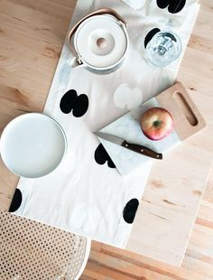 Use an apple and some paint to make this printed tablerunner.