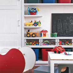 Ordem com cor: caixas trazem colorido ao ambiente e ajudam a organizar ainda melhor o espaço.